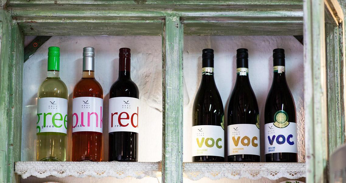ARTE VINI - police s víny