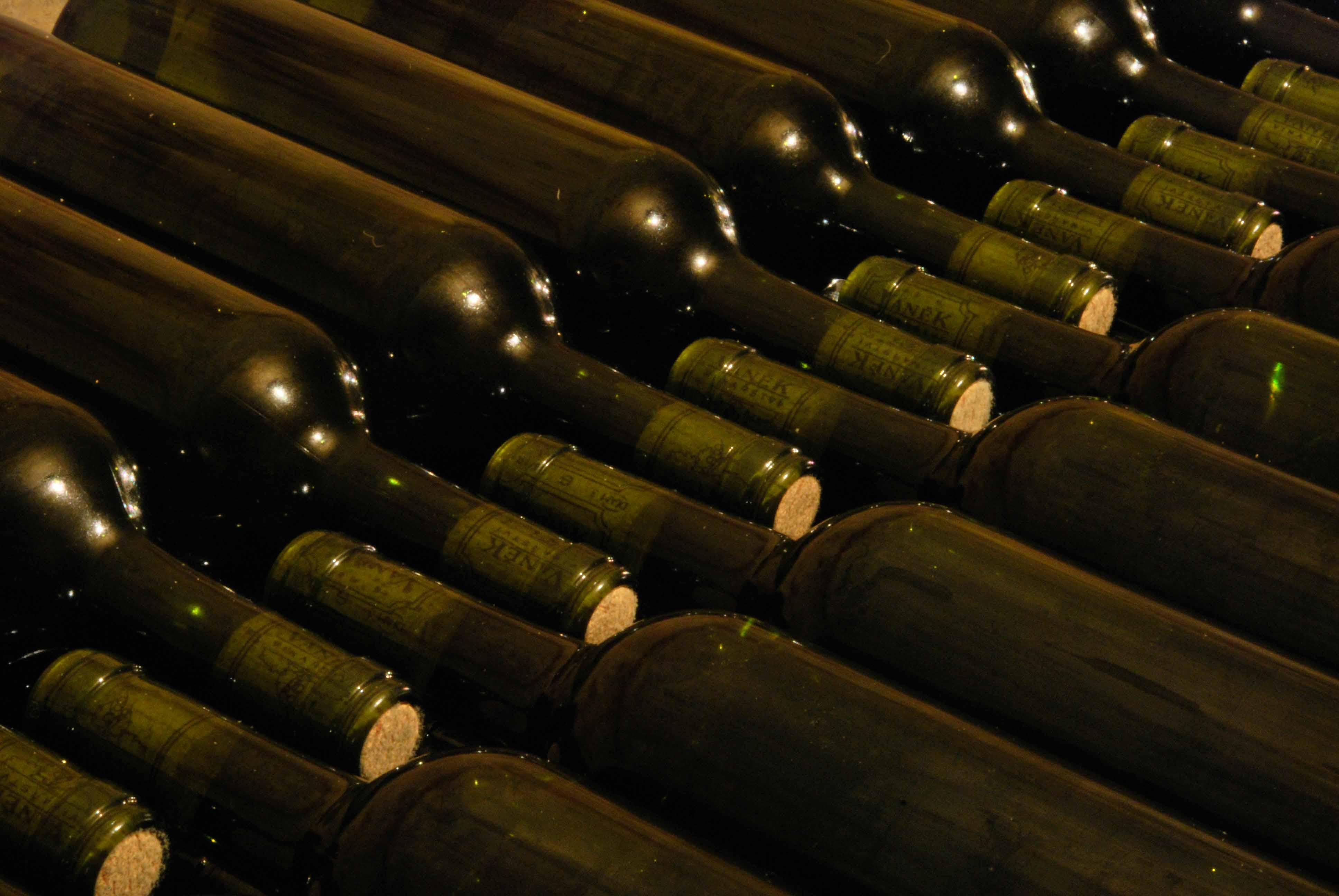 VÍNO VANĚK - nalahvované červené víno si v klidu, jakoby nic zraje ve sklepě
