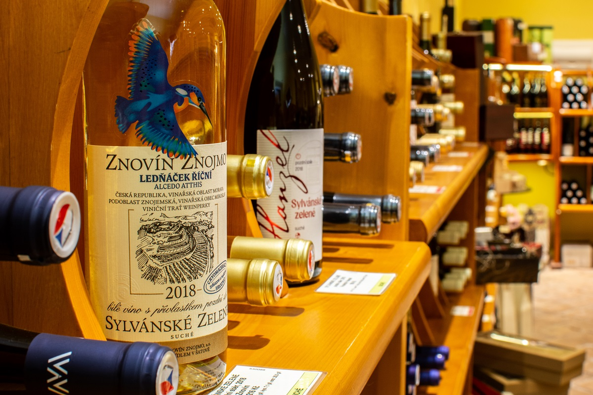 Sylvánské zelené v regálu ve vinotéce Vínovín