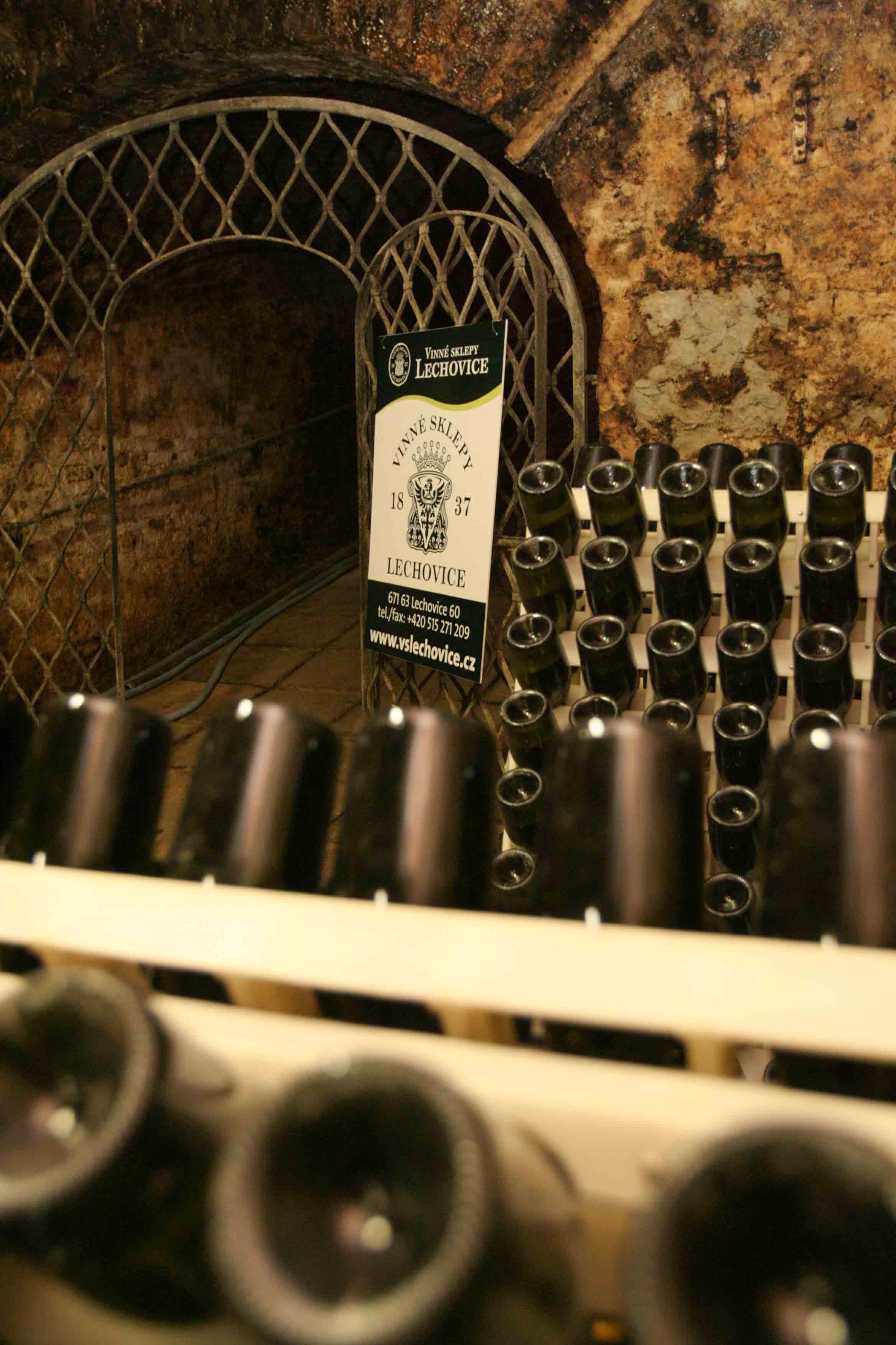 Vinné sklepy Lechovice sekty zrají ve sklepě